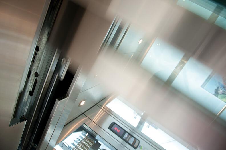 För hissar levererar vi t.ex. dörrprofiler, dörrpaneler, tvärposter samt dekorativa profiler för hissinteriören.