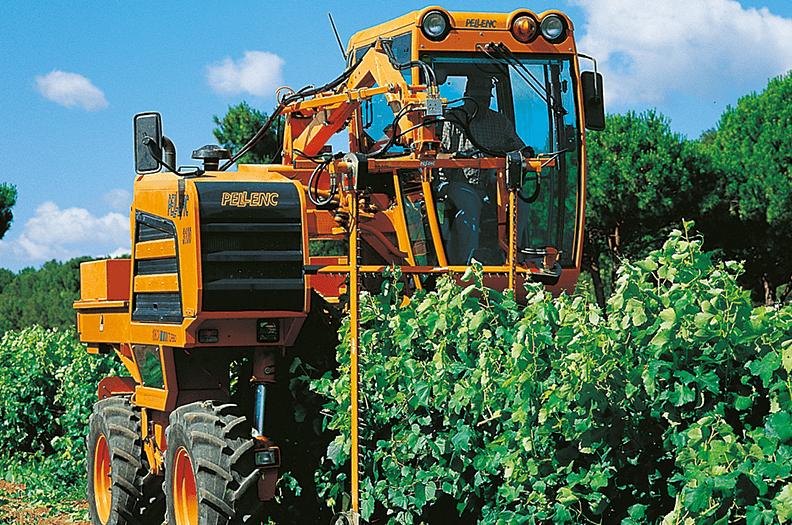 Vi levererar bla. hyttprofiler och c-profiler för rullbanorna till vinskördemaskinerna.